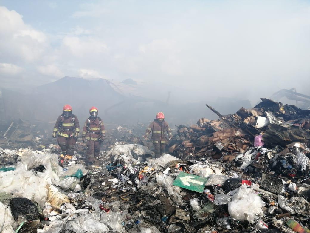 Fotogalería: Ardua labor de los bomberos para sofocar incendio en una recicladora