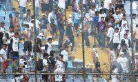 Aficionados de Comunicaciones causaron disturbios después de la derrota 0-1 contra Municipal en el Clásico 308. (Foto Prensa Libre: Óscar Rivas)