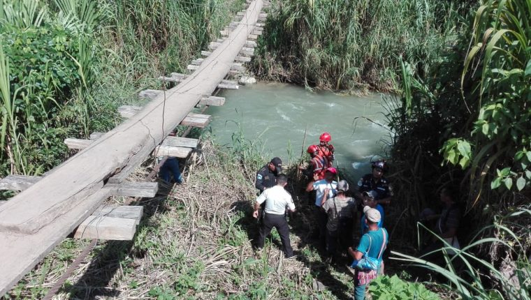 Personal de la Unidad Humanitaria de Rescate trabaja en la recuperación de un niño de siete años que fue arrastrado por la corriente del río Cucanjá en Alta Verapaz. (Foto Prensa Libre: Conred)