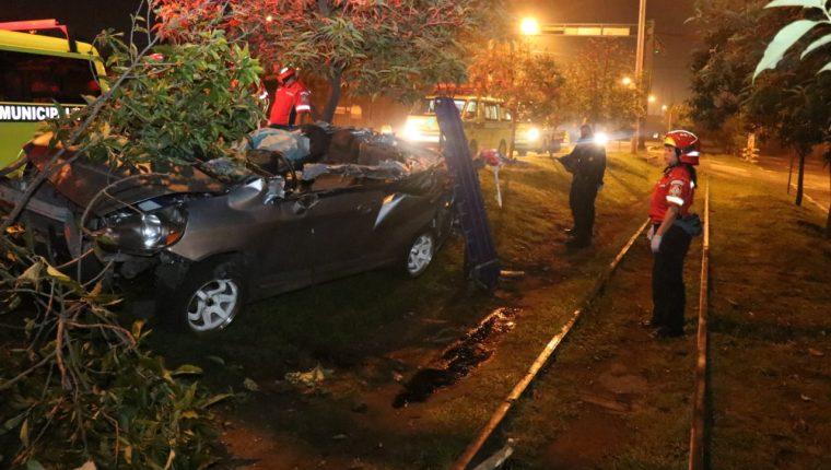 El vehículo accidentado este lunes por la madrugada en la Calzada Atanasio Tzul quedó totalmente destruido. (Foto Prensa Libre: Josvin Borrayo CBM)