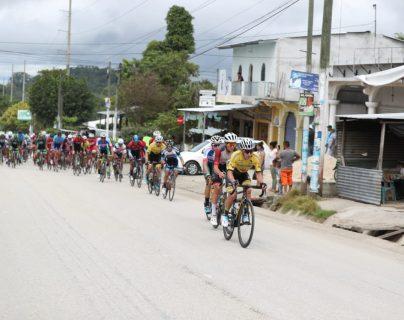 Manuel Rodas en el pelotón perseguidor durante la primera etapa de la 59 Vuelta a Guatemala. (Foto Prensa Libre: Carlos Vicente)