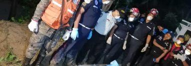 Bomberos, elementos del Ejército y la Policía Nacional Civil participaron en el rescate del niño. (Foto Prensa Libre Conred)