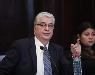 El exministro de Gobernación Carlos Vielmann se presentó en la comisión de la verdad del Congreso de la República. (Foto Prensa Libre: Miriam Figueroa)