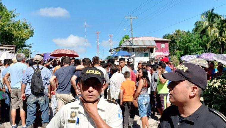 El paso hacia Tikal permanece bloqueado por pobladores de la aldea El Caoba. (Foto Prensa Libre: Inguat)