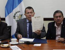 El diputado Rudy Castañeda, vicepresidente de la Comisión de Finanzas, muestra el proyecto de presupuesto que deberá ser aprobado por el pleno del Congreso antes del 30 de noviembre. (Foto Prensa Libre: Noé Medina)