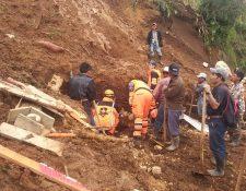 Cuatro personas murieron soterradas en un deslizamiento de tierra que enterró a cuatro viviendas en Aguacatán. (Foto Prensa Libre: Bomberos Voluntarios)