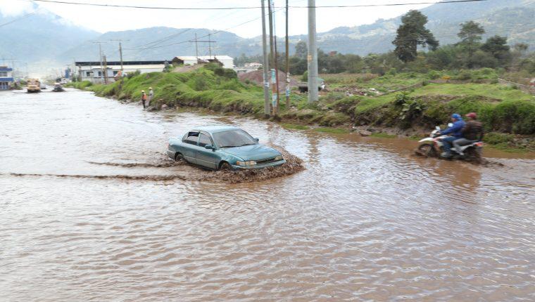 Vecinos dañan sus vehículos para poder desplazarse en la Puerta del Llano. (Foto Prensa Libre: María Longo)