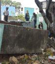 Algunos panteones quedaron destruidos por el colapso de una parte del muro perimetral del cementerio general de Chiquimula. (Foto Prensa Libre: Dony Stewart)