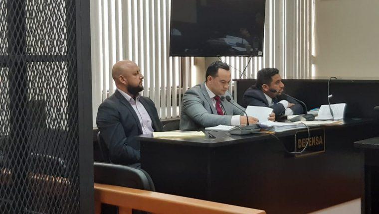 Manuel de Jesús Palma y Palma escucha la resolución de la jueza Erika Aifán. (Foto Prensa Libre: Edwin Pitán)