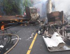 Al momento del accidente los vehículos se incendiaron.(Foto Prensa Libre: Dony Stewart)
