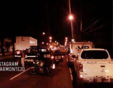 El tránsito es complicado en la calzada Roosevelt. (Foto Prensa Libre: Amilcar Montejo)