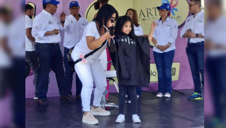 Después de donar los voluntarios muestran el cabello que es entregado. (Foto Prensa Libre: Dulce Rivera)