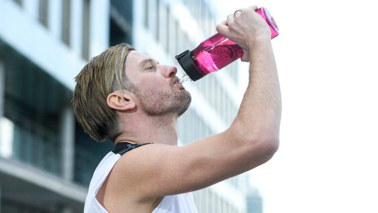 ILUSTRACIÓN - El agua es la mejor y más saludable manera de cubrir las necesidades diarias de líquidos. Se debe ingerir al menos 1,5 litros al día y más en caso de hacer ejercicio físico. Foto: Tobias Hase/dpa-tmn
