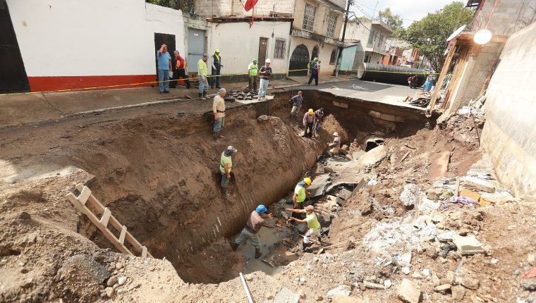 Trabajadores municipales reparan el colector que colapsó la tarde del martes último en la avenida Pablo Sexto. (Prensa Libre: Juan Diego González)