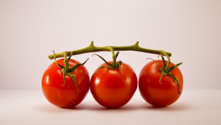 Sin importar su variedad, el tomate siempre aporta sabor. (Foto Prensa Libre: Alex Ghizila / Unsplash)