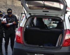 Agentes revisan un vehículo relacionado con el hecho. (Foto: PNC)