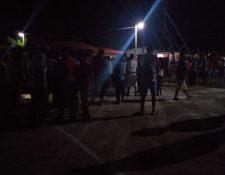Pobladores señalan a los vapuleados de haber asaltado a cardamomeros. (Foto Prensa Libre: Dony Stewart)