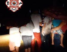 Menores, después de ser rescatados por bomberos y vecinos. (Foto: Bomberos Municipales Departamentales)