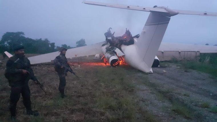 Una avioneta en llamas encontró la unidad militar al llegar a la comunidad Vista Hermosa, Ixcán, Quiché. (Foto Prensa Libre: Cortesía)