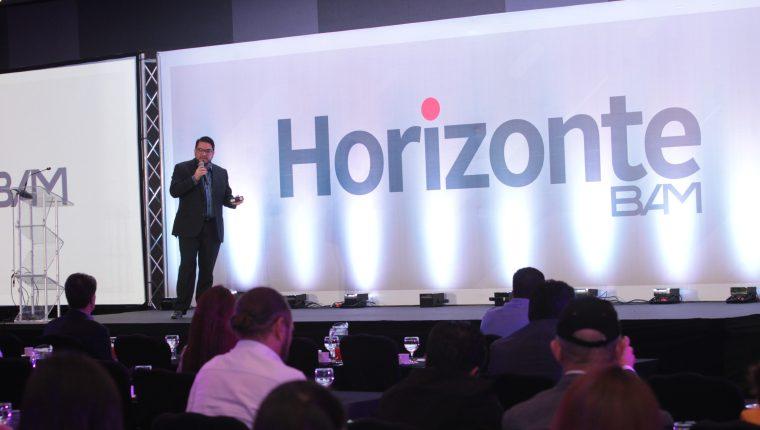 Carlos Ortiz, jefe de la unidad de inteligencia de BAM, expuso ante un grupo de empresarios y tomadores de decisiones las proyecciones del comportamiento económico del país. (Foto Prensa Libre: Norvin Mendoza)
