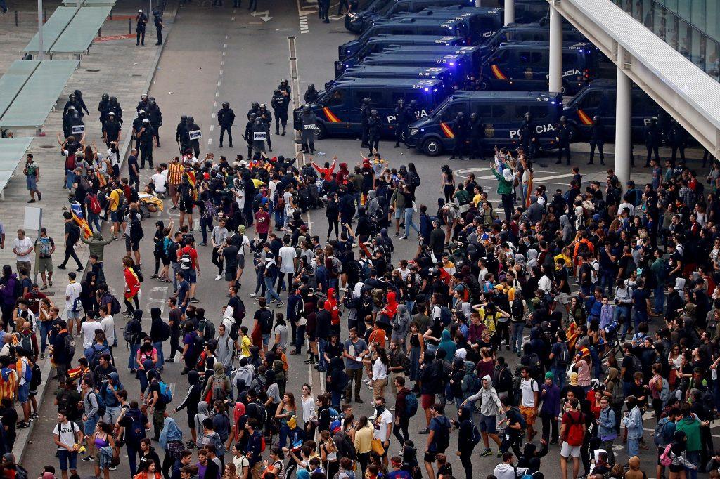 Tras varias concentraciones y marchas de carácter pacífico durante la mañana en distintos puntos de Barcelona, cientos de personas se dirigieron al aeropuerto de la ciudad, donde se reunieron en la zona que conecta el aparcamiento con la terminal 1. (Foto Prensa Libre: EFE)