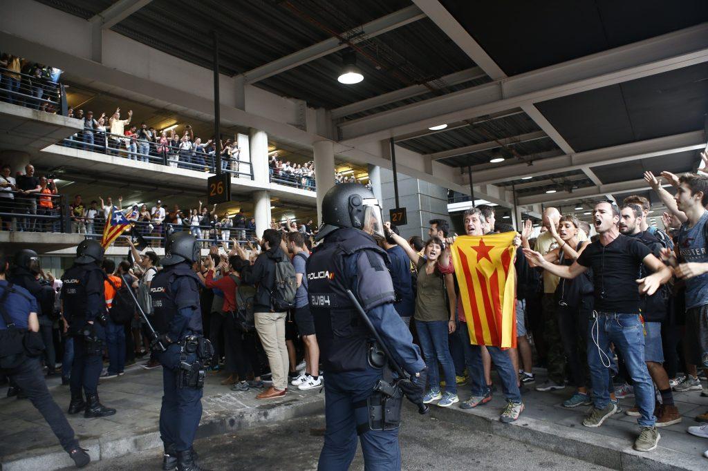 Las protestas también obligaron a cortar parcialmente la circulación en algunas estaciones ferroviarias de la ciudad. (Foto Prensa Libre: EFE)