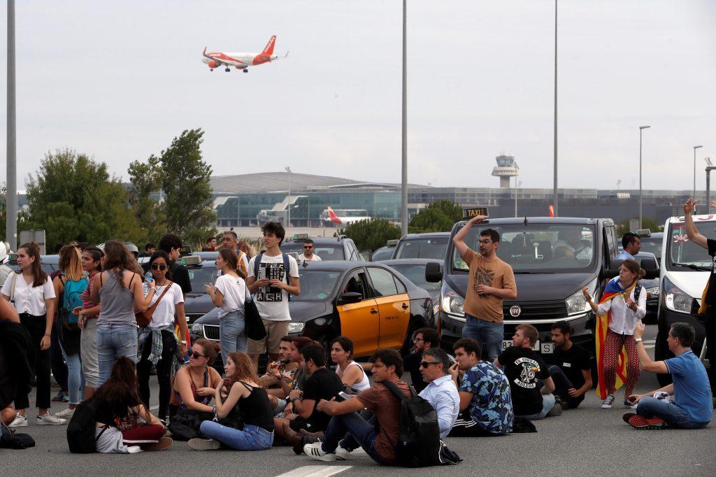 Centenares de personas llegaron caminando a las inmediaciones del Aeropuerto de El Prat. (Foto Prensa Libre: EFE)