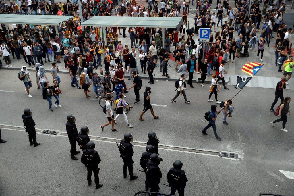 Tras varias concentraciones y marchas de carácter pacífico en distintos puntos de Barcelona, cientos de personas se dirigieron al aeropuerto de la ciudad, obstaculizando el acceso por carretera. (Foto Prensa Libre: EFE)