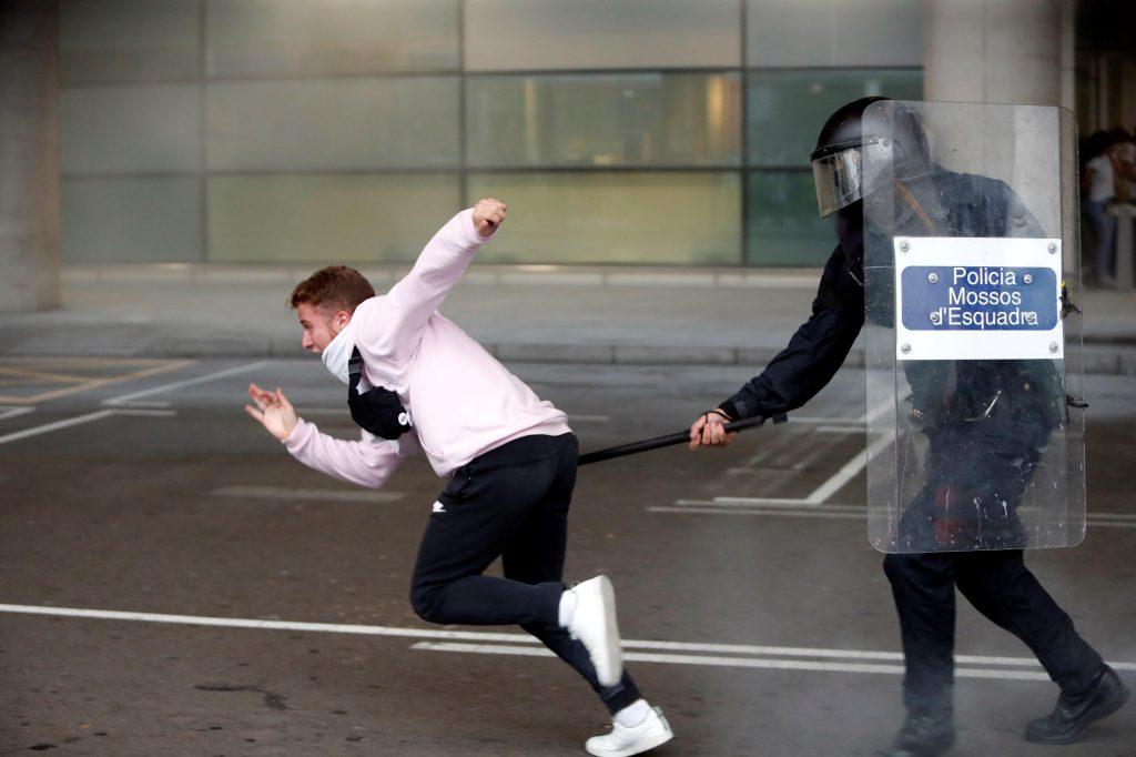 Las protestas fueron vigiladas por un fuerte dispositivo de seguridad que incluyó a la policía regional catalana como de los cuerpos estatales (Policía Nacional y Guardia Civil). (Foto Prensa Libre: EFE)