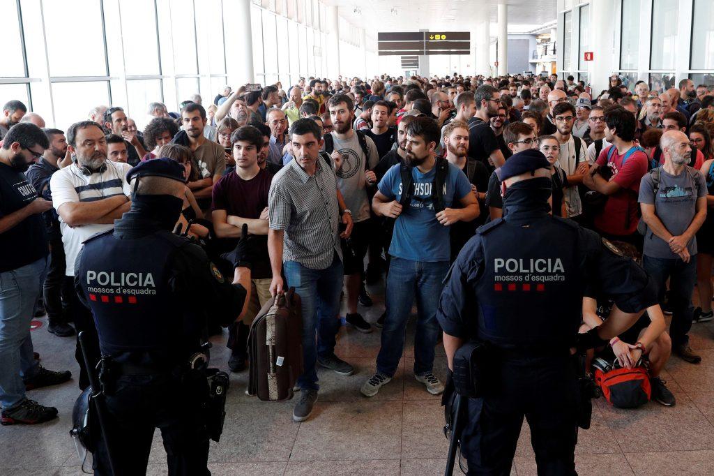 Debido a las protestas, las aerolíneas cancelaron la salida de más de 10 vuelos.  (Foto Prensa Libre: EFE)