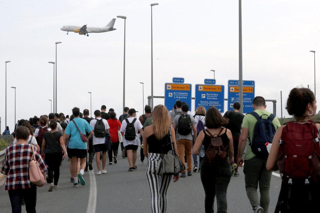 Las concentraciones causaron retrasos y atascos en las carreteras que llevan al aeropuerto. (Foto  Prensa Libre: EFE)