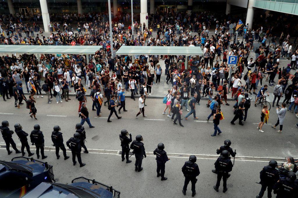 Las protestas obligaron a cortar parcialmente la circulación de trenes hacia el aeropuerto en algunas estaciones ferroviarias de Barcelona.  (Foto Prensa  Libre: EFE)