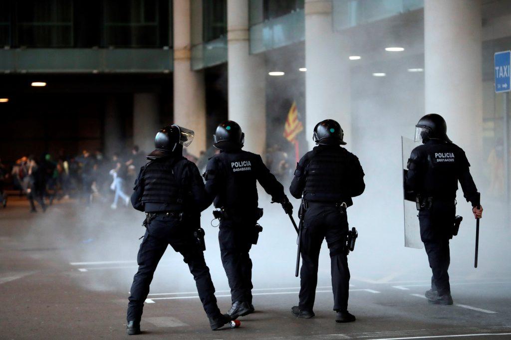 En Gerona, un centenar de personas invadió las vías cerca de la estación de tren, ya que las instalaciones están protegidas por un fuerte dispositivo policial. (Foto Prensa Libre: EFE)