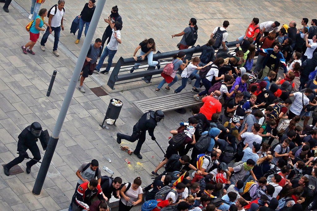 La manifestación también interrumpió la circulación de trenes de alta velocidad entre Barcelona y la frontera francesa. (Foto Prensa Libre: EFE)