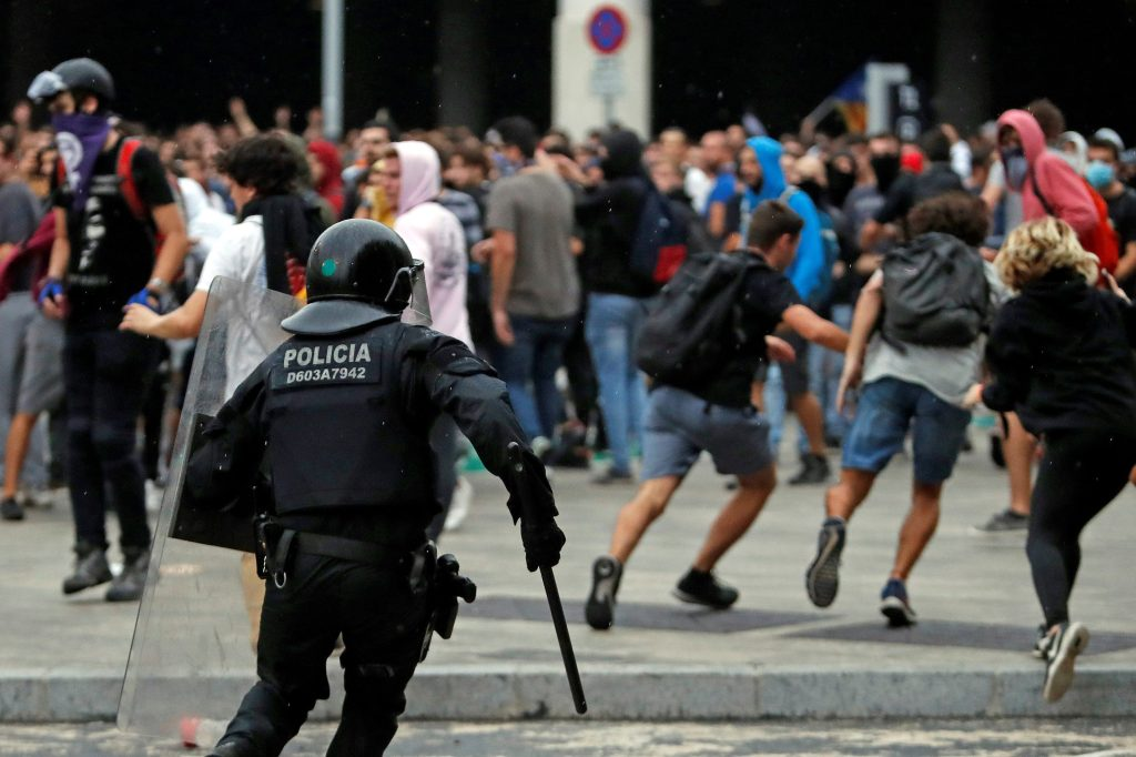 Trece personas resultaron heridas,  todas ellas de carácter leve, dentro de las concentraciones de protesta en la región de Cataluña contra la sentencia del Tribunal Supremo español contra nueve líderes independentistas catalanes. (Foto Prensa Libre: EFE)
