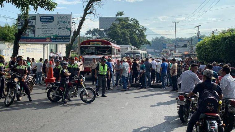 Pobladores bloquean el paso de Samayac, Suchitepéquez en el día que la Vuelta Ciclística pasará por el lugar. (Foto Prensa Libre: La Red)