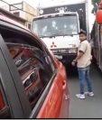 La agresión fue provocada por el piloto y copiloto de un bus de los transportes Aurora. (Foto Prensa Libre: captura de pantalla)