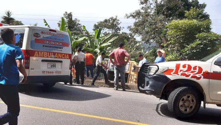 El bus de la línea de transportes Jalapaneca quedó volcado tras el accidente. (Foto Prensa Libre: Bomberos Voluntarios)
