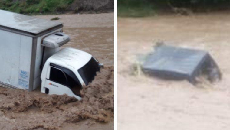 Dos vehículos que intentaban pasar el río quedaron a la deriva. (Foto Prensa Libre: Bomberos Voluntarios)