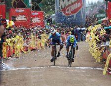 Mardoqueo Vásquez y Yeison Rincón, en el emocionante y cerrado final de la octava etapa. (Foto Prensa Libre: Cortesía CDAG)