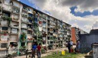 Familias llegan a limpiar y enflorar los nichos y tumbas de sus seres queridos. (Foto Prensa Libre: Andrea Domínguez)