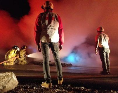 El incendio fue atendido por personal de la Cruz Roja y los Bomberos Voluntarios. (Foto Prensa Libre: Cruz Roja Guatemala)