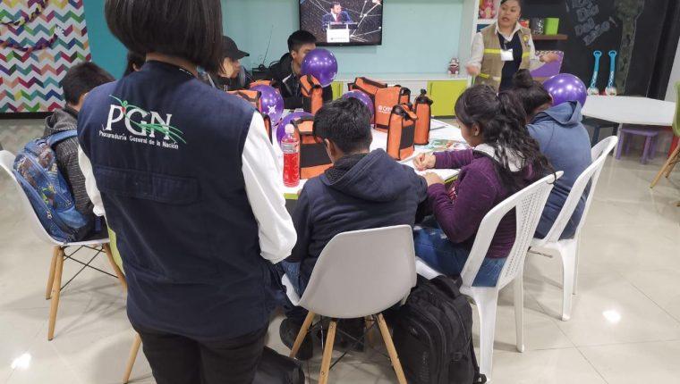 Personal de la PGN acompaña y orienta a los adolescentes retornados. (Foto: PGN)
