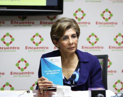 Diputada Nineth Montenegro explica sobre los problemas burocraticos que enfrenta Conamigua. (Foto Prensa Libre: Érick Ávila)