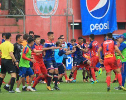 El pleito entre rojos y altenses detuvo el partido durante nueve minutos. (Foto Prensa Libre: Norvin Mendoza)
