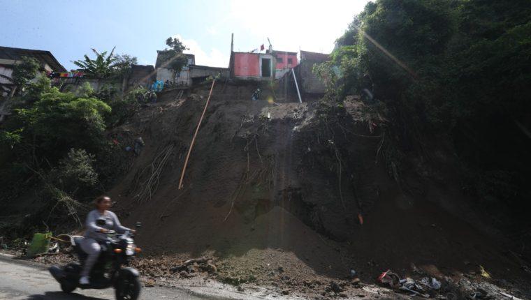 Conred evalúa si es necesario hacer más evacuaciones en el área del derrumbe.(Foto Prensa Libre: Óscar Rivas)