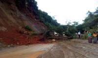 Un derrumbe bloqueó el paso en la ruta del Polochic, entre Tucurú y Santa Catalina La Tinta, Alta Verapaz, debido a la lluvia de las últimas horas. (Foto Prensa Libre: Eduardo Sam Chun)