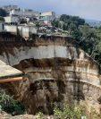 Dos viviendas cayeron al barranco en Peronia, Villa Nueva; otras ocho casas están en riesgo. (Foto Prensa Libre: Andrea Domínguez).