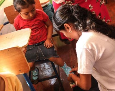 Muchos niños son beneficiados con zapatos por la campaña Dona Tus Zapatos).