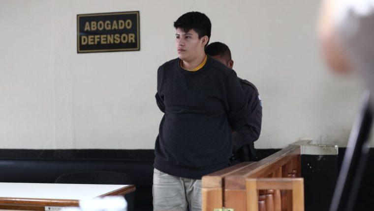 Carlos Ulises Velásquez Martínez sale de la sala luego de escucar la sentencia condenatoria. (Foto Prensa Libre: Carlos Hernández)